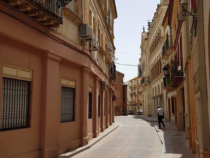 La calle de la Feria con el Ayuntamiento y la iglesia de San Miguel al fondo, en la localidad de Andújar.
