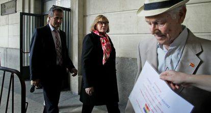 La juez María Servini sale de los juzgados de Sevilla tras tomar declaración a Paco Marín, a la derecha.