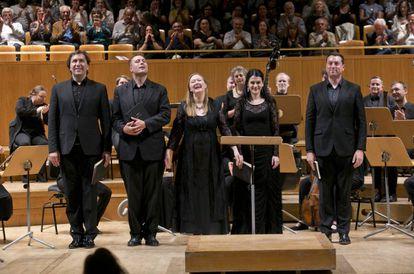Los cinco solistas vocales de la 'Misa en Si menor' saludan al final del concierto.
