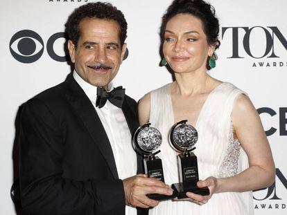 Los actores Tony Shalhoub y Katrina Lenk, ganadores del galardón a la mejor interpretación por 'The Band's Visit'.