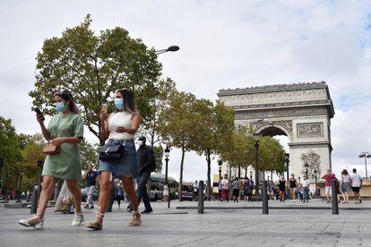 Peatones pasean por la avenida de los Campos Elíseos, en los alrededores del Arco del Triunfo, el pasado mes de agosto.