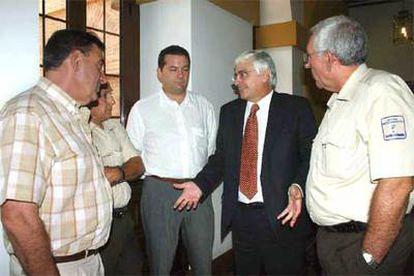 El presidente Barreda conversa con varios agentes medioambientales tras el pleno de las Cortes regionales.