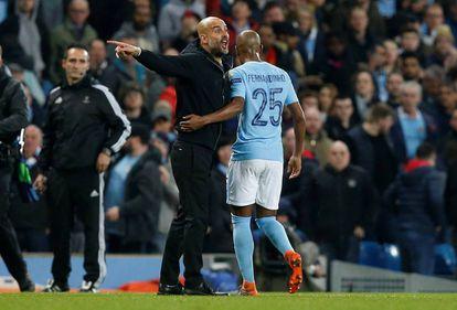 Guardiola discute con el árbitro y Fernandinho lo calma.