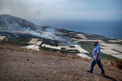 Antonio Ángel Brito contempla la nueva colada de lava llegando ayer a su finca de plataneras en La Laguna.