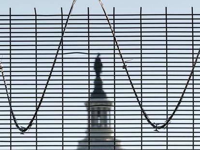 Capitolio de Estados Unidos fotografiado tras la valla que lo protege.