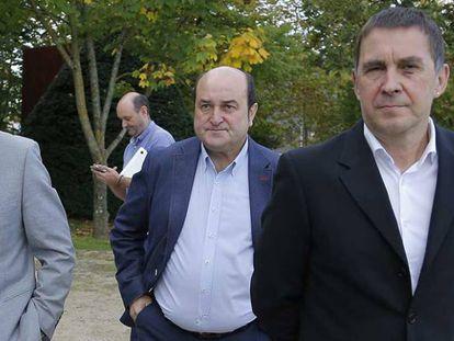 Desde la izquierda, el mediador internacional Brian Currin, Andoni Ortuzar y Arnaldo Otegi, en una imagen de 2019 en San Sebastián.
