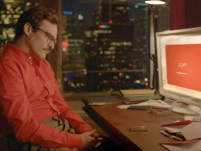 Joaquin Phoenix en 'Her' (2013). En el vídeo, una selección de los grandes amores entre humanos y muñecos en la literatura y el cine.