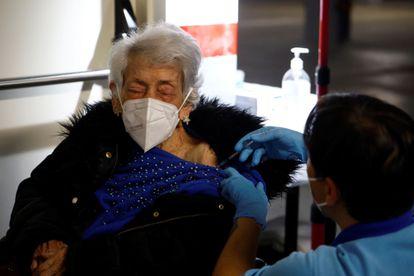 Personal sanitario vacuna a una señora mayor en el centro de salud Castilla del Pino de Córdoba.