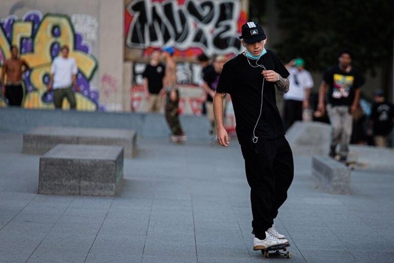 Un adolescente patina en Barcelona.