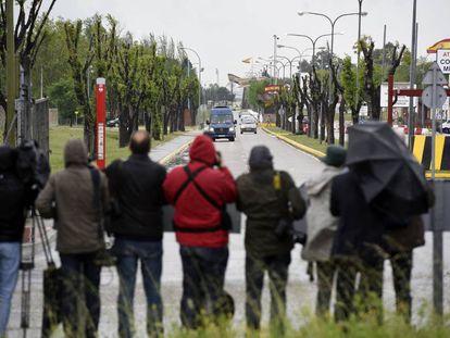 Salida de varias furgonetas con los liberados y familiares de la Base Áerea de Torrejón donde esperaban numerosos medios de información.