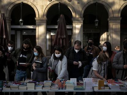 Gente comprando libros en la plaza Reial de Barcelona.