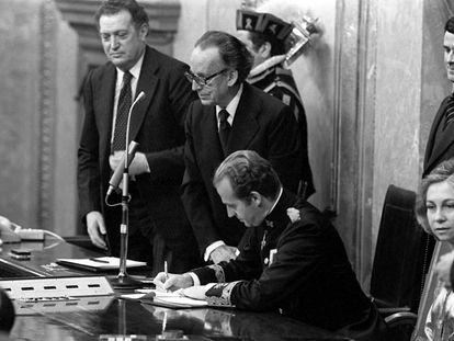 El Rey Juan Carlos I firma la Constitución de 1978