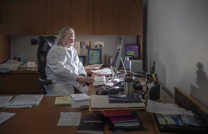 James Allison, en su despacho, donde guarda una foto de una paciente que  recibió su tratamiento hace 17 años. La mujer ha tenido dos hijos y sigue sana.