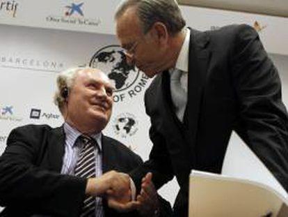 El presidente de La Caixa, Isidre Fainé (d), y el secretario general del Club de Roma, Ian Johnson (i), durante la presentación la primera sede en Barcelona de este lobby internacional de expertos.