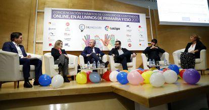 Desde la izquierda, Eduardo Moreno (LaLiga), Marta Rivera de la Cruz (Ciudadanos), Emilio del Río (PP), Ibán García del Blanco (PSOE), Eduardo Maura (Podemos) y Carlota Navarrete (La Coalicíón).