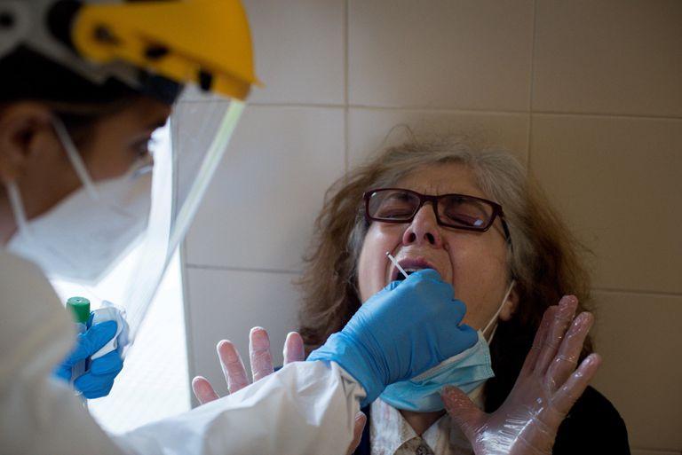 Una enfermera realiza de una prueba PCR ,el viernes, en el Complejo Hospitalario Universitario de Ourense (CHUO).