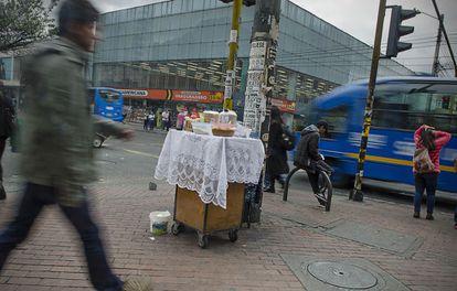 Un puesto de venta ambulante en Bogotá.