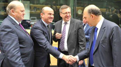 El ministro Guindos, en el centro, con algunos de sus homólogos europeos.