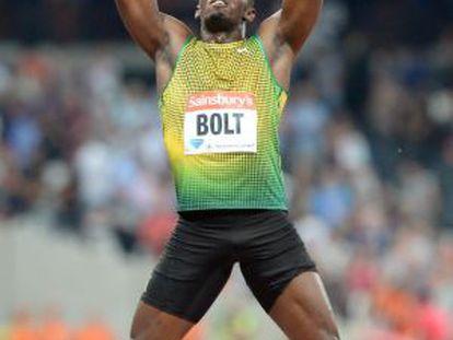 Bolt, descalzo, celebra la victoria.