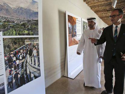 El director del Premio Aga Khan de Arquitectura, Farrokh Derakhshani (derecha), comenta los proyectos galardonados durante la presentación realizada en el Fuerte de Al Jahili, en Al Ain (EAU).