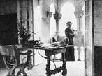 Emilia Pardo Bazán en lo alto de la Torre de la Quimera, con la mesa y la silla que todavía perduran. En una imagen publicada en 'América-Latina' (Londres, 1916) y reproducida en el libro 'Meirás, un pazo, un caudillo, un espolio'.