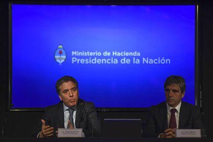 Los ministros de Hacienda, Nicolás Dujovne, y de Finanzas, Luis Caputo, anuncian la reducción de medio punto en la meta fiscal de 2018.