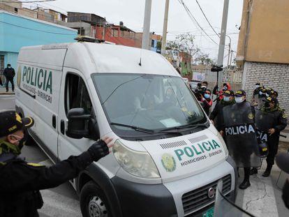 La policía traslada los restos mortales de Abimael Guzmán a la morgue en Lima, este mes.