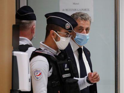Sarkozy abandona el tribunal de París tras una interrupción, este lunes en París.