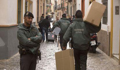 Agentes de la Guardia Civil, entra en la sede de la UGT Andalucía.