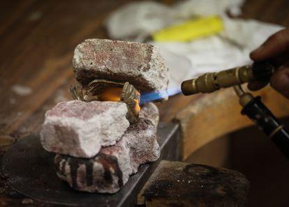 Un alumno elabora una joya.