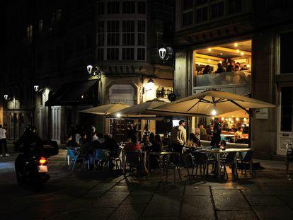 Varias personas en la terraza de un bar, el pasado 22 de mayo, en Ourense.