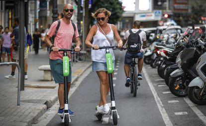 Dos usuarios de Lime, este lunes en la calle Colón de Valencia.