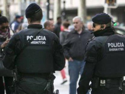 Agentes de los Mossos en el Portal de l'Àngel de Barcelona.