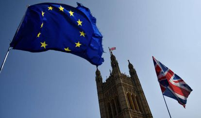 Manifestantes a favor y en contra del Brexit protestan a las afueras del Parlamento británico este lunes.