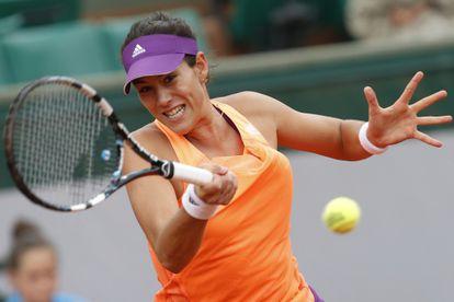 Muguruza golpea la pelota ante Serena.