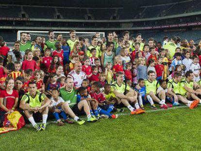 Los jugadores españoles se fotografían con niños sudafricanos