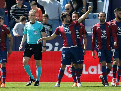 FOTO: Coke celebra tras haber marcado el primer gol de su equipo contra el UD Las Palmas. / VÍDEO: Declaraciones de los entrenadores tras el partido.