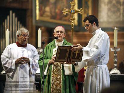 El nuevo arzobispo de Madrid, Carlos Osoro, en la misa de despedida que ha oficiado este domingo en la catedral de Valencia.