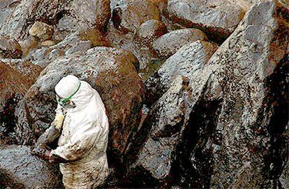 Un soldado limpia de chapapote, el pasado mes de enero, las rocas de Camariñas (A Coruña).