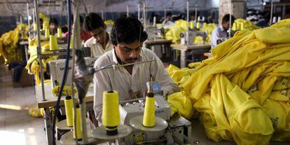 Trabajadores tejen para Pull&Bear en Pakistán.
