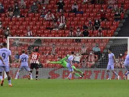 Íñigo Martínez marca gol ante el Barcelona en el primer partido disputado en San Mamés este curso.