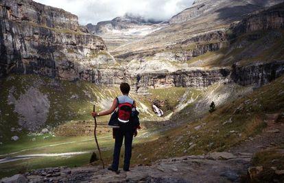 Una visitante del Parque Natural de Ordesa (Huesca) observa la denominada Cola de Caballo.