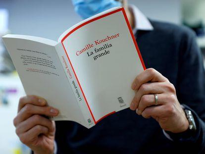 Un hombre lee 'La Familia Grande', de Camille Kouchner, el libro que ha roto el tabú del incesto en Francia.