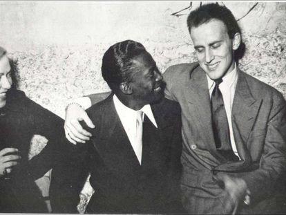 Boris Vian con Miles Davis en una fotografía de los años cincuenta.