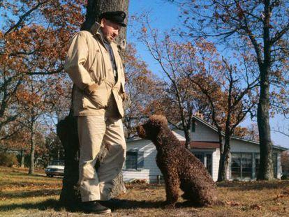 John Steinbeck y su perro en 1962, año de la publicación de 'Viajes con Charley'.