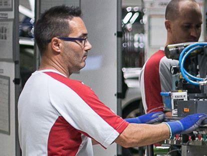 Un empleado de la factoría de Seat en Martorell, que ha presentado un ERTE para 14.800 trabajadores, en una imagen del pasado septiembre.