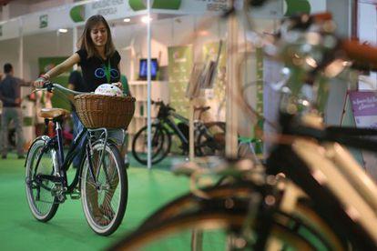 Una joven prueba una bicicleta de paseo en FestiBike, en el recinto Ferial de la Casa de Campo.