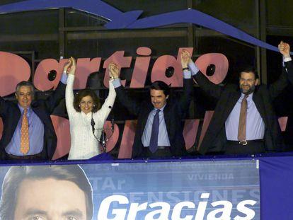 Celebración de la victoria del Partido Popular en las elecciones legislativas de 2000, en la sede del PP en la madrileña calle de Génova. Desde la izquierda, Arenas, Botella, Aznar, Rajoy y Rato.