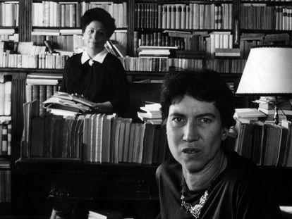 Las escritoras Natalia Ginzburg (delante) y Maria Bellonci, en 1963.