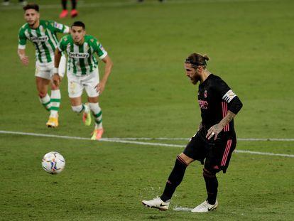 Sergio Ramos, en el penalti que marcó a lo Panenka este domingo en el Benito Villamarín ante el Betis.